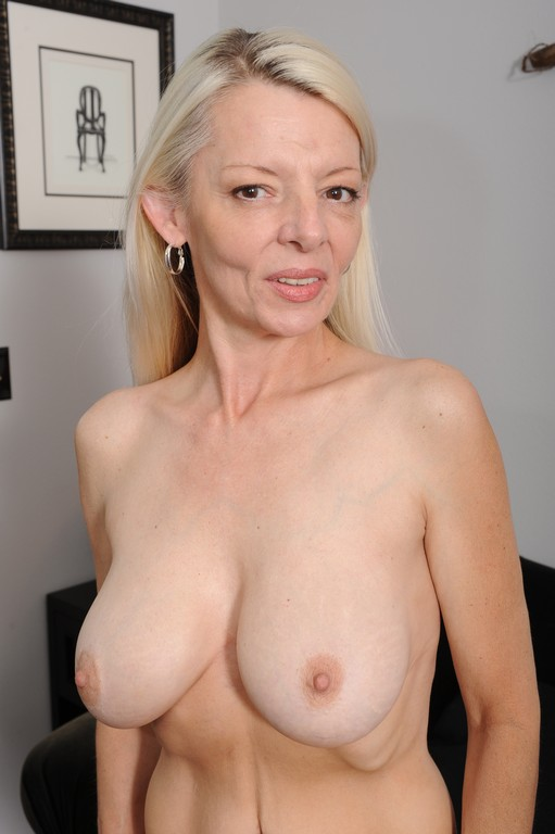 Over 60 mature model pearl shows us her granny body and pier 3