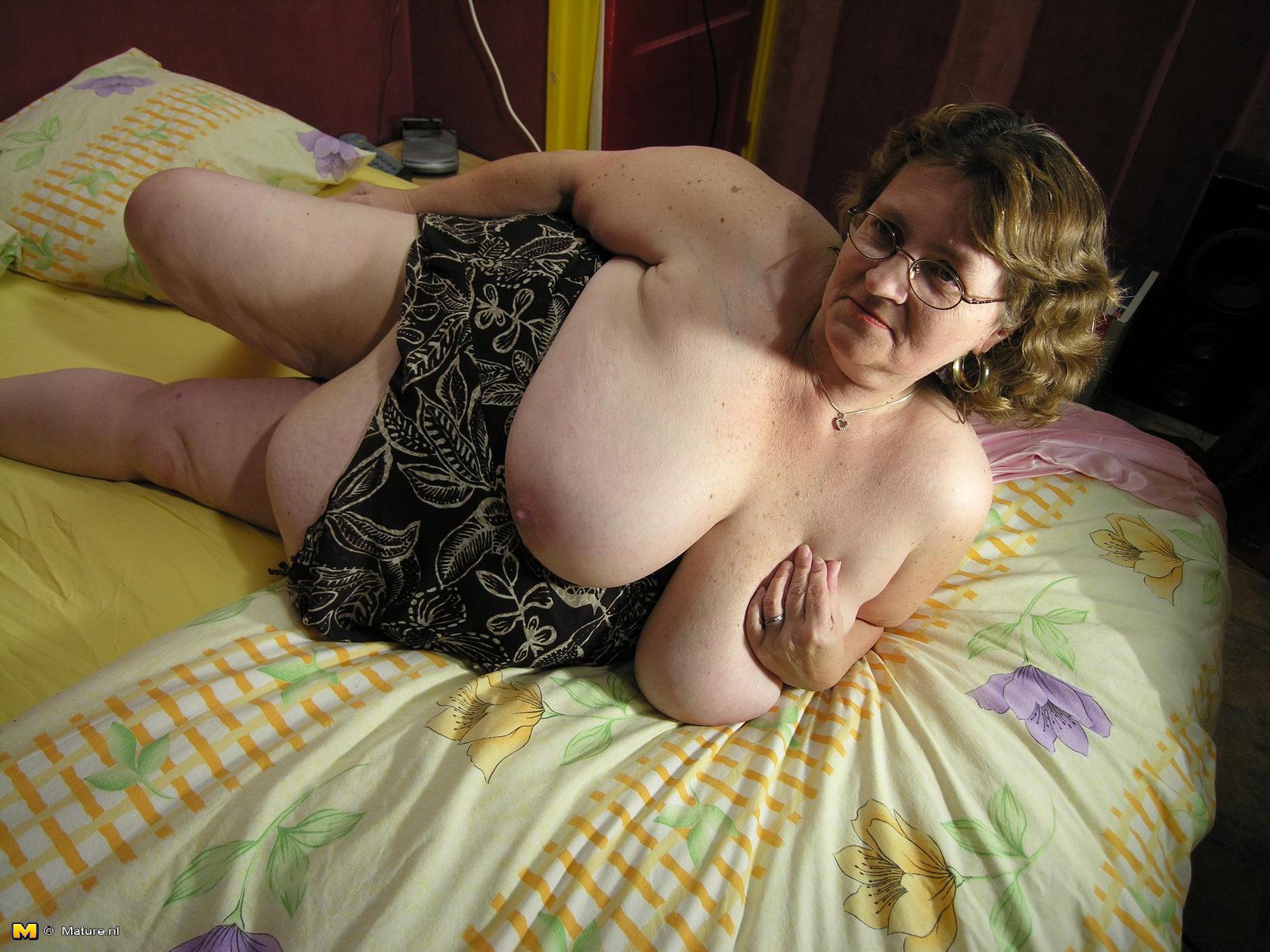 Фото голой старухи с обвисшей грудью фото 405-101
