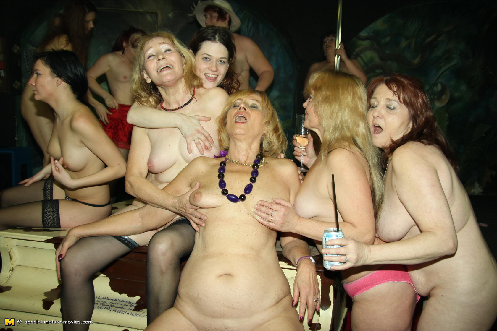 Порно в клубе с старыми