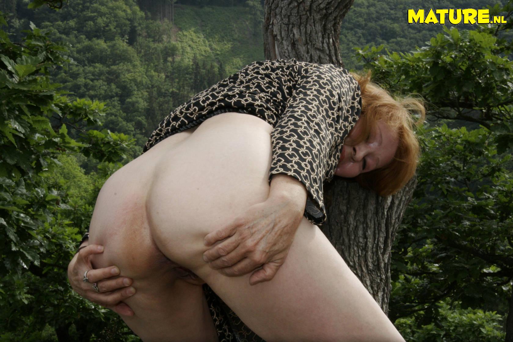 Секс с зрелой в лесу 8 фотография